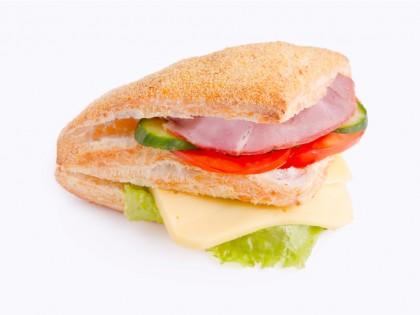 Ладен Сендвич (Пченкарен тријаголник, Млечен гауда, Свински врат, Патлиџан, Краставица, Марула)